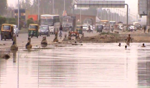 National Highway built swimming pool in Faridabad, children gathered in rain water collected and collected