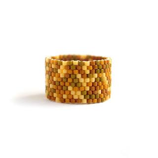 Широкое женское кольцо. Охра. Необычное украшение из бисера