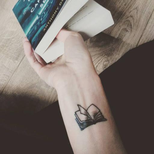 Este pequeno livro de tatuagem no pulso