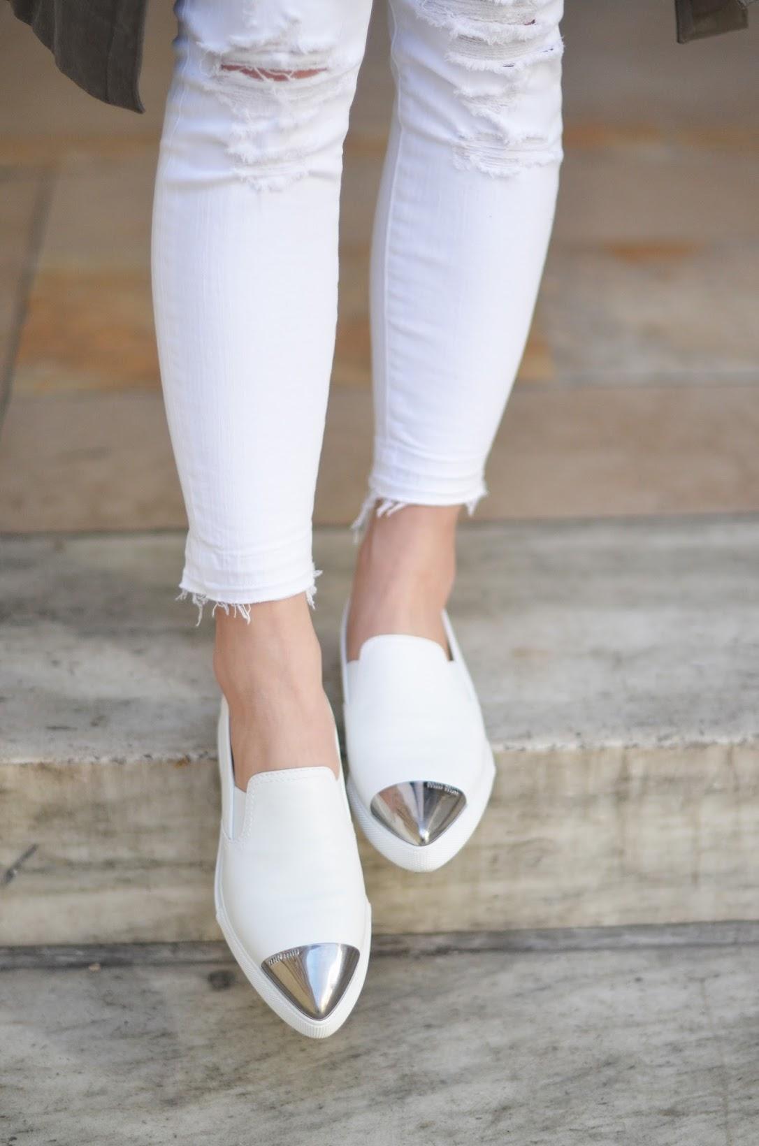 nypl outfit, white jeans, white miu miu slip on sneakers, jbrand