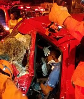 Bombeiros retiram vítima de ferragens em acidente com veículo na Estrada de Ribamar
