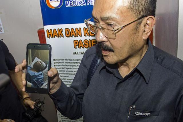 Pengacara Setya Novanto, Fredrich Yunandi menunjukkan foto Setya Novanto yang sedang dirawat di RS Medika Permata Hijau, Jakarta, Kamis (16/11). Ketua DPR Setya Novanto mengalami kecelakaan dan saat ini sedang dalam perawatan di Rumah Sakit Medika Permata Hijau.(ANTARA FOTO/GALIH PRADIPTA)