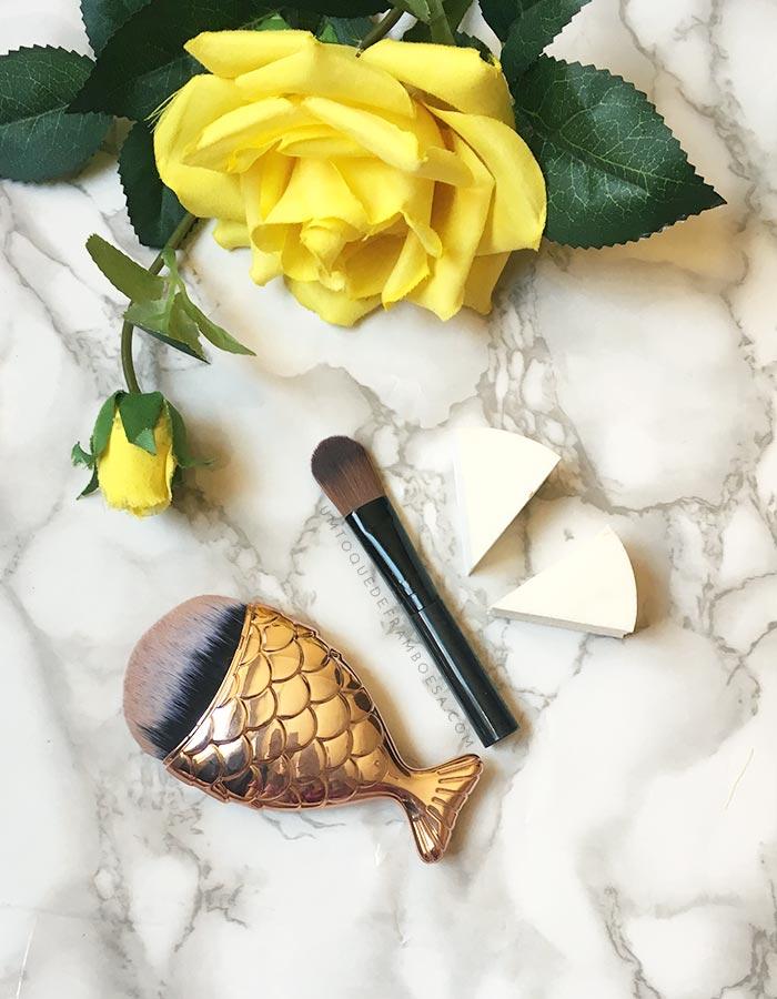As ferramentas para aplicação de maquiagem (pincéis, esponjas e até mesmo os dedos) também desempenham um papel muito importante para fazer uma pele perfeita. Vaja mais dicas de maquiagem neste post!