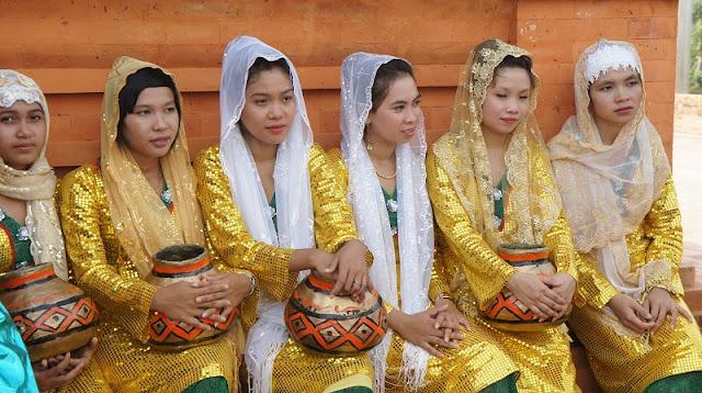 Vietnamese Ethnic Traditional Female Costumes 12
