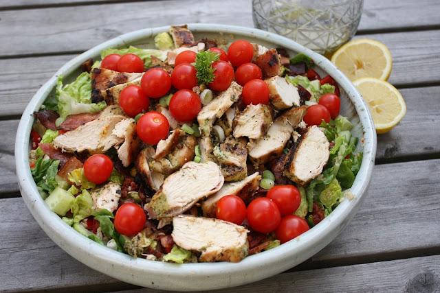 http://lizasmatverden.blogspot.no/2013/04/salat-med-grillet-kylling-med-pesto.html