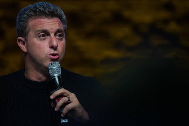 O apresentador Luciano Huck usou um empréstimo de 17,7 milhões de reais do BNDES para comprar um jatinho particular da Embraer.