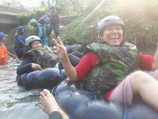 Tawa lepas Any saat menjajal River Tubing Sumber Salam, Tajinan