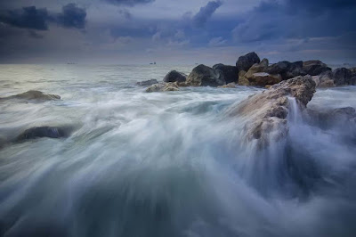 foto ombak di lautan