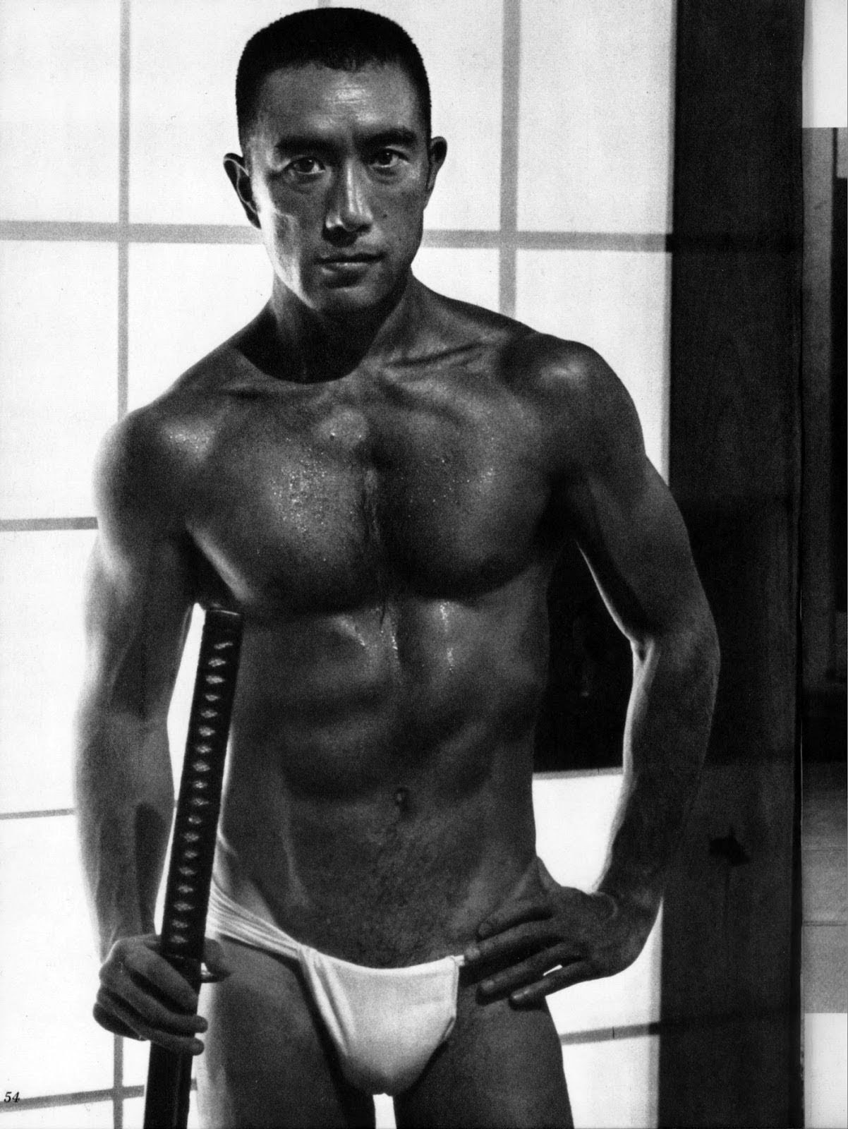日本刀を携えた筋骨隆々の三島由紀夫