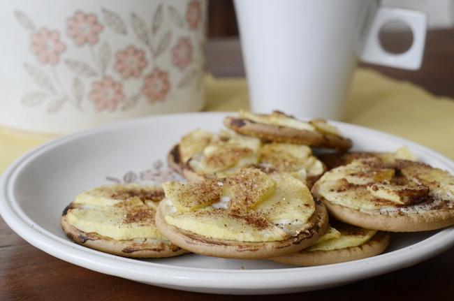 Galletas con queso, manzana y canela