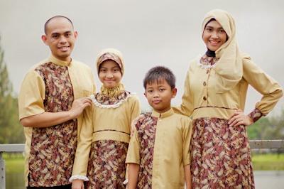 Desain baju lebaran keluarga muslim batik