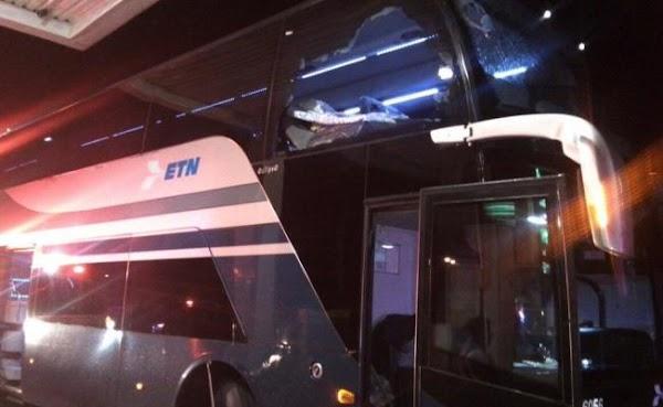 Delincuentes arrojan piedras a un autobús para asaltarlo; una pasajera murió
