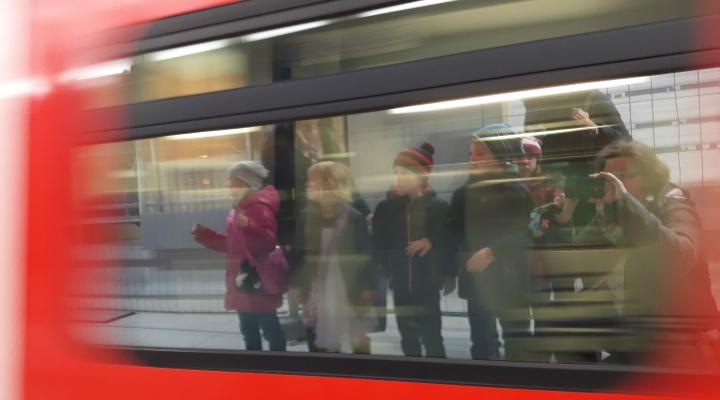 Kinder spiegeln sich im Zug