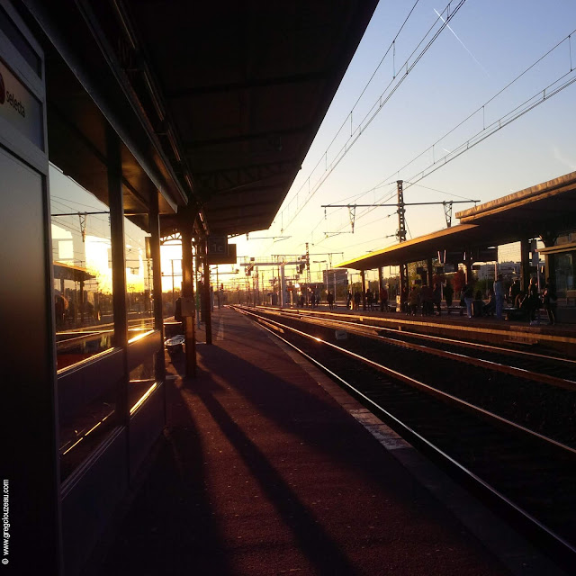 En attendant le RER D à la gare de Melun dans 77