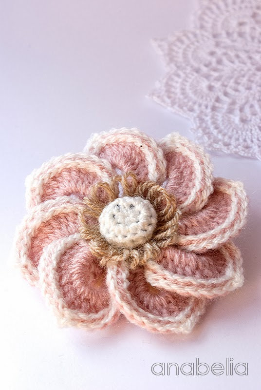 Rose crochet brooch by Anabelia