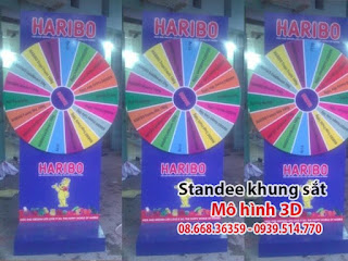 standee mo hinh vong quay trung thuong