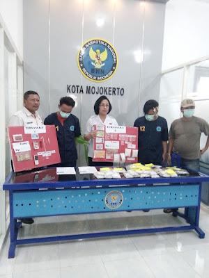 Ringkus Dua Pengedar Narkoba, BNNK Mojokerto Amankan Sabu dan Ribuan Butir Pil Koplo