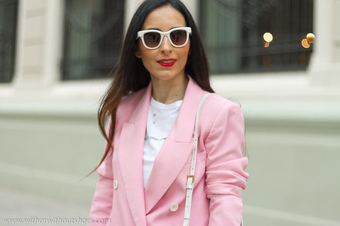 tendencias streetstyle Influencer blogger valencia con look urban chic comodo estiloso traje rosa y mocasines Fratelli Rossetti