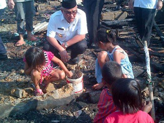 Idris Tinjau Lokasi Kebakaran di Kampung Lio