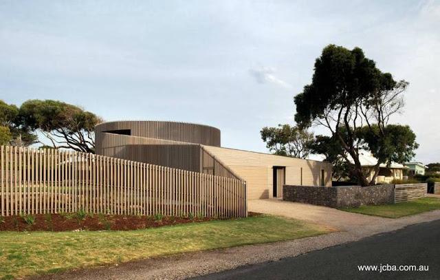 Residencia familiar extensa con estructura central cilíndrica en Barwon Heads, Australia
