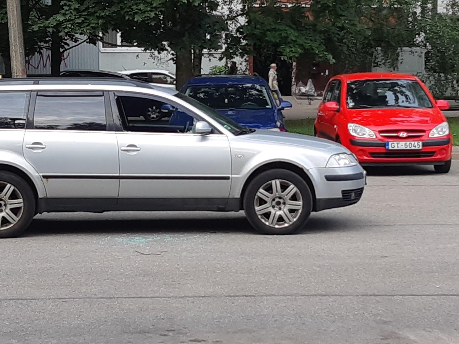Ilūkstes ielā divām automašīnām izsisti stikli