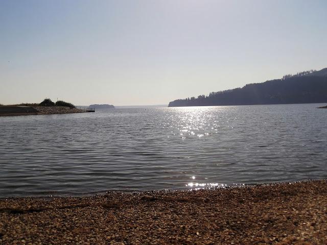 Piękny widok z brzegu na Jezioro Orawskie