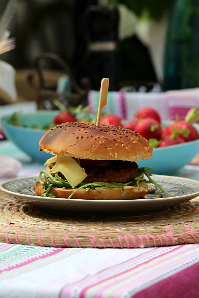 Vegetarischer Hamburger mit dem Pattie aus Seitan. Vegetarisch und vegan grillen mit den Köstlichkeiten aus der Vegithek von EDEKA  | Arthurs Tochter kocht. von Astrid Paul