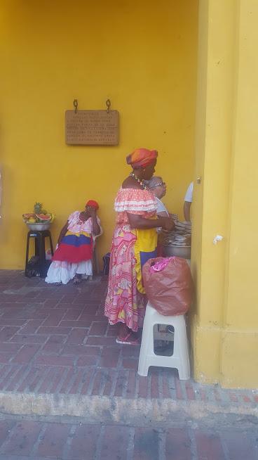 Palanqueiras preparando as frutas na La Bóvedas - Cartagena