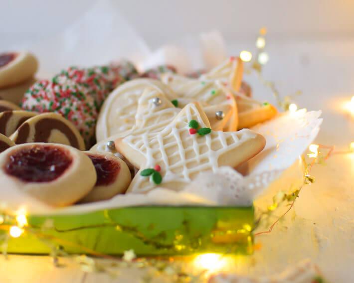 Galletas de azúcar de diferentes formas: con mermelada, confetti, espiral y con cortadores
