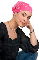 """<Imgsrc =""""Foto de mujer.jpg"""" width = """"362"""" height """"520"""" border = """"0"""" alt = """"Foto de mujer que tapa el pelo perdido por tratamiento oncológico."""">"""