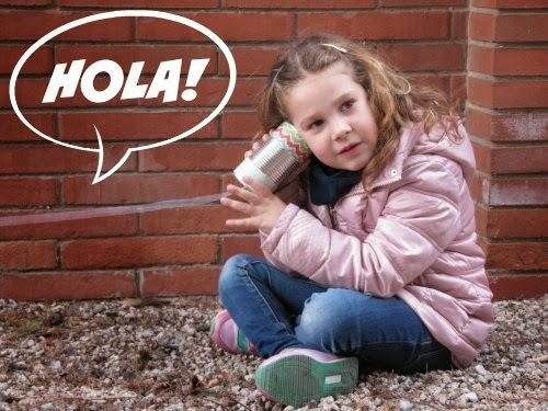 Niños utilizando el teléfono de latas