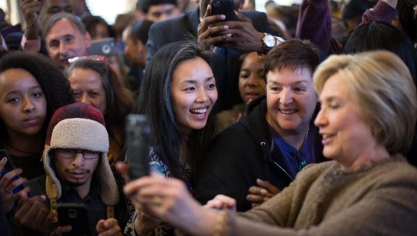 """Hillary Clinton se desploma en las encuestas por """"mentirosa"""""""