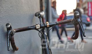 Il campanello OI montato su una bici da corsa