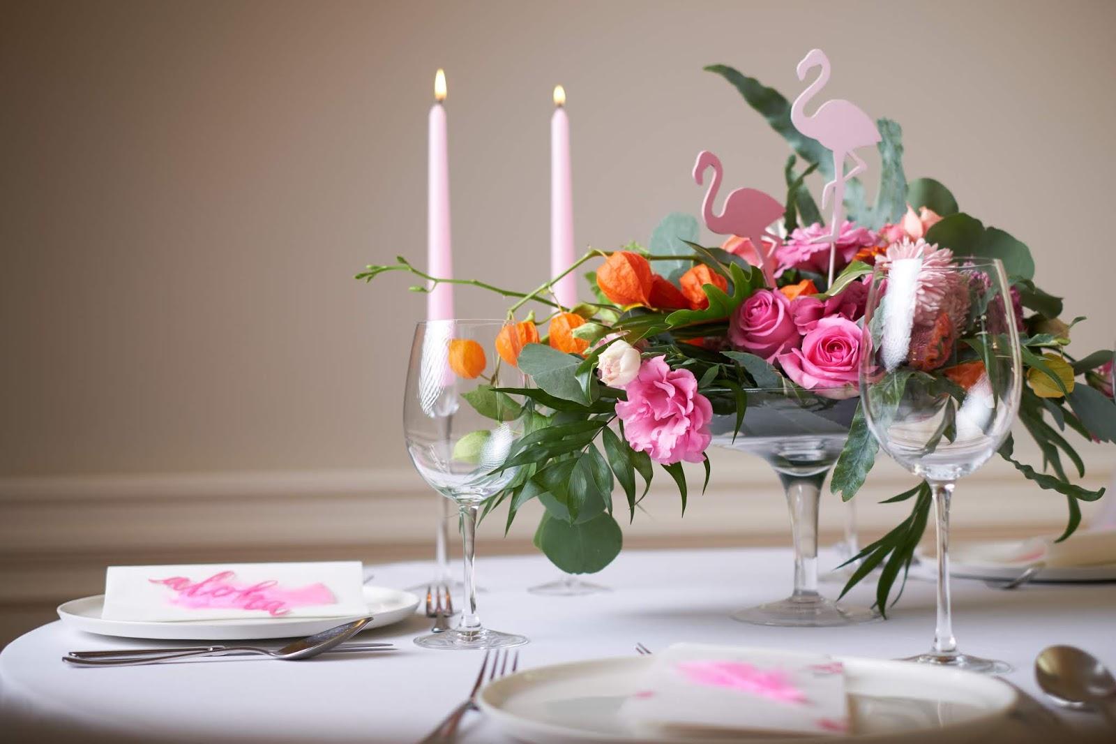 Różowe akcenty na stołach weselnych.
