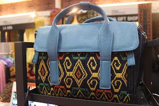 Kain tenun NTT dibuat ke dalam bentuk produk turunan berupa tas