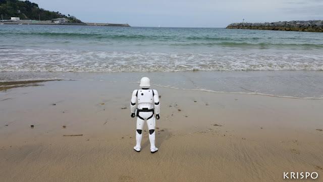stormtrooper de star wars en la playa de hondarribia de espaldas mirando el mar