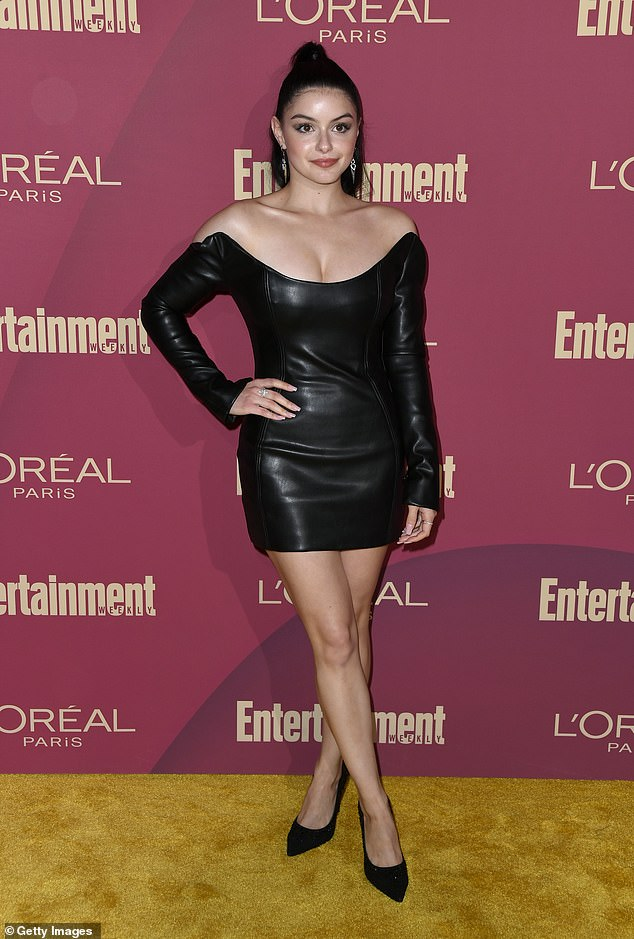 At the pre-Emmy party, Ariel Winter exhibits a busty show in a profound leather mini dress(Photos)