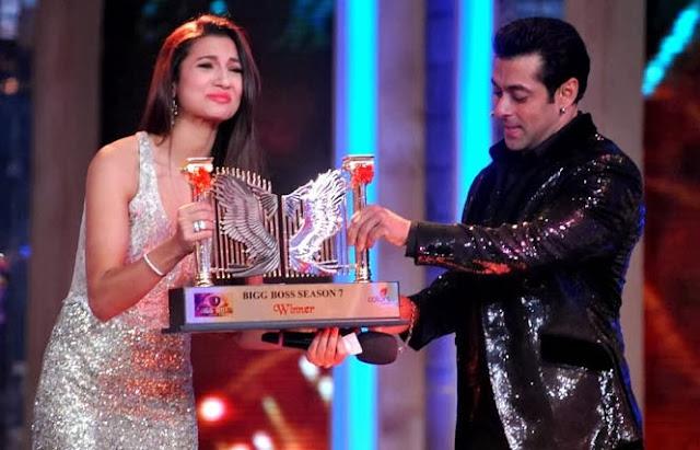Salman Khan awarding the Bigg Boss 7 winning trophy to Gauhar Khan