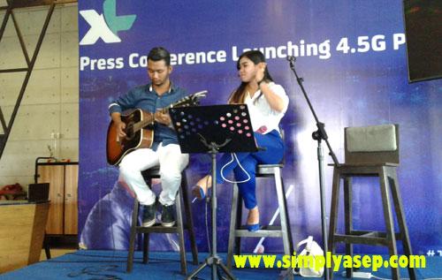 LIVE MUSIC :   Para peserta yang hadir di gelaran acara peresmian 4G di Kalimantan Barat ini juga dihadiri oleh 2 group musik. Live. Photo Asep Haryono