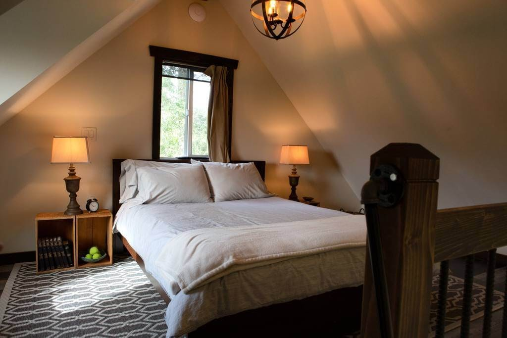 09-Master-Bedroom-Trish-The-Potter-s-Retreat-Architecture-in-a-Tiny-House-www-designstack-co