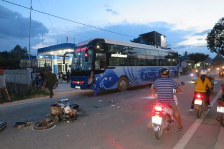 Quảng Ngãi Xe khách cán xe máy 2 phụ nữ thương vong