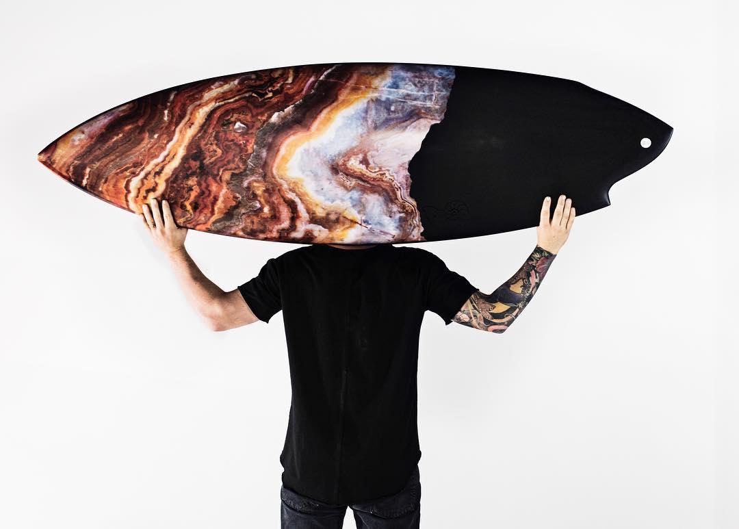 Bella asimetría: una joya limitada de Album Surfboards para Old Fame Clothing