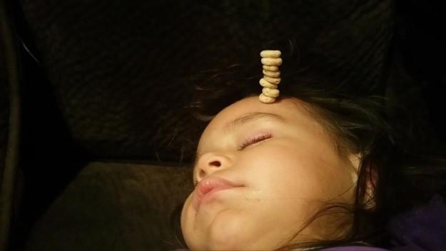 #CheerioChallenge; ¡Padres compiten por la alta torre de Cheerios