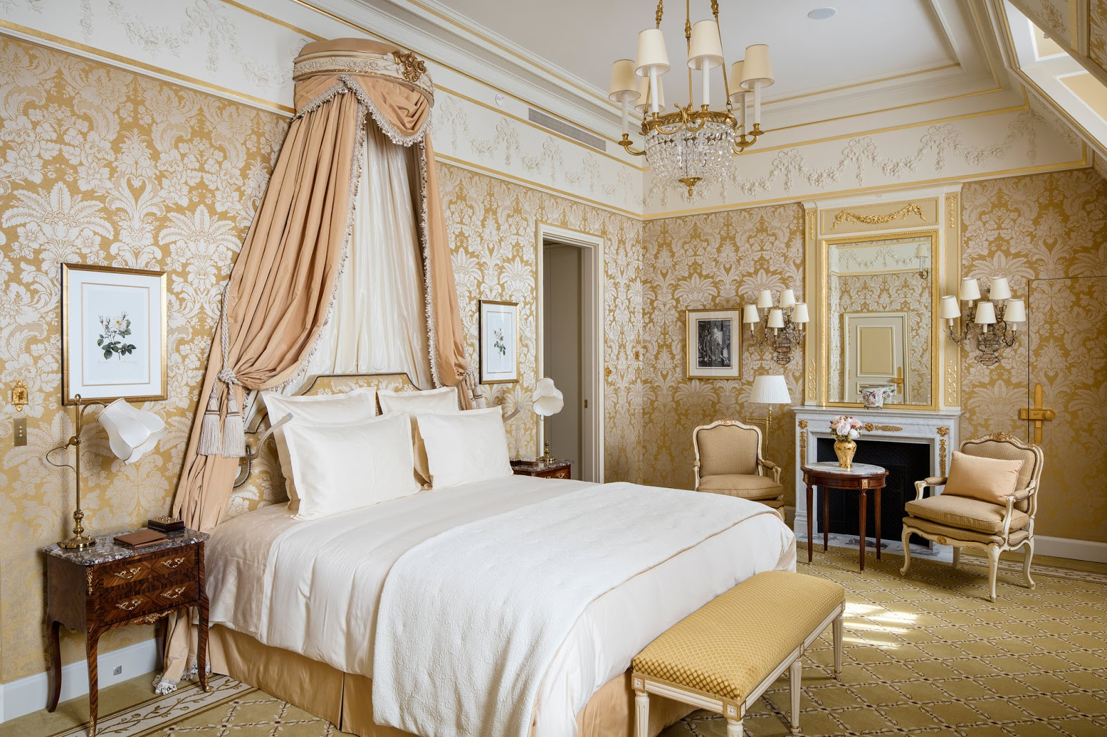 Breathtaking feminine romantic suite in renovated Ritz Paris