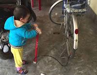 cậu con trai bơm xe đạp