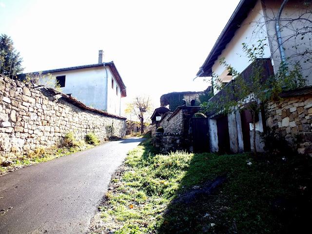 Típica calle de Arbanasi en Bulgaria