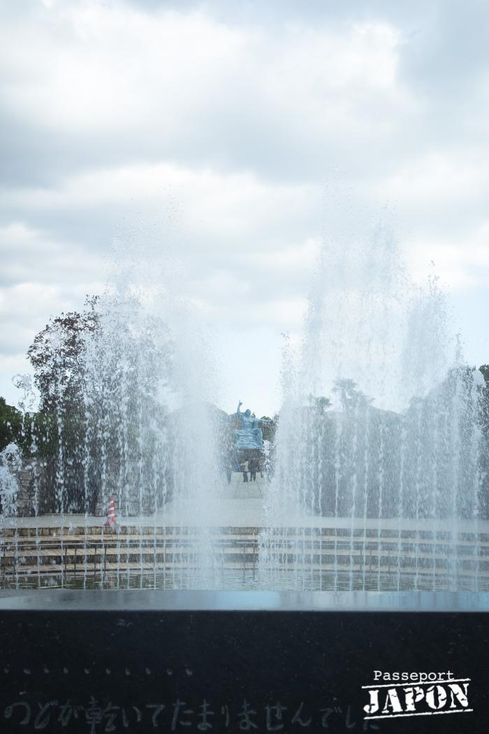 Vue sur la statue de la paix depuis la fontaine, parc de la Paix, Nagasaki