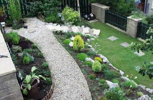 Taman minimalis depan rumah berundak-undak