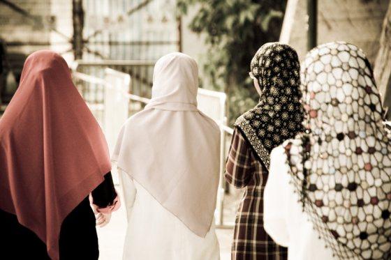 Bolehkan Membuka Jilbab di Depan Ayah yang Kafir ? Berikut Penjelasannya