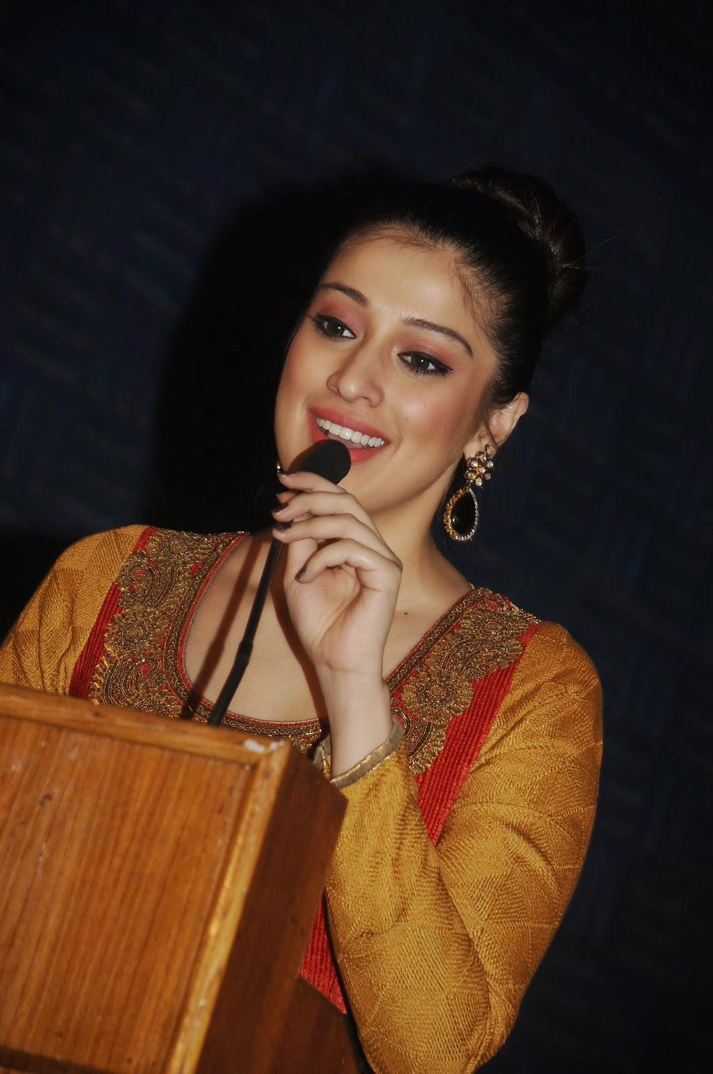 Bollywood Boobs Sex nude: kareena kapoor ki train